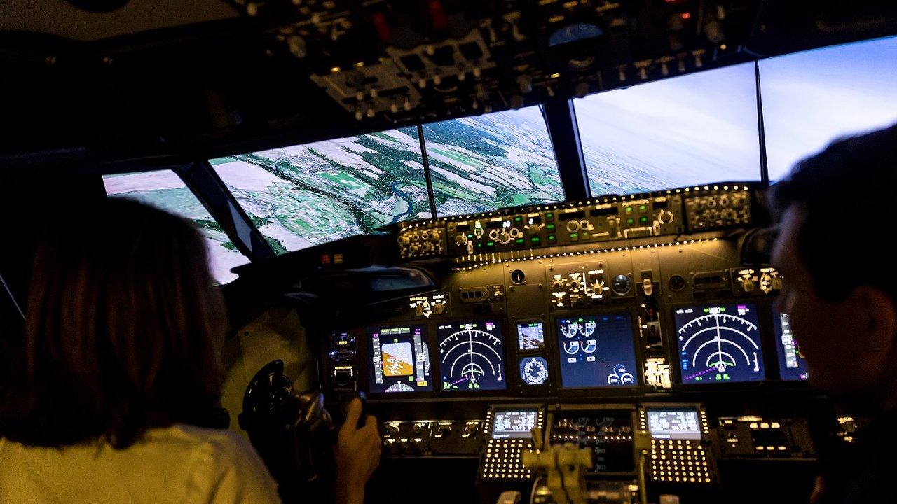Letecký simulátor dopravního letounu Boeing 737NG v prostorách Střední průmyslové školdy dopravní v Praze.
