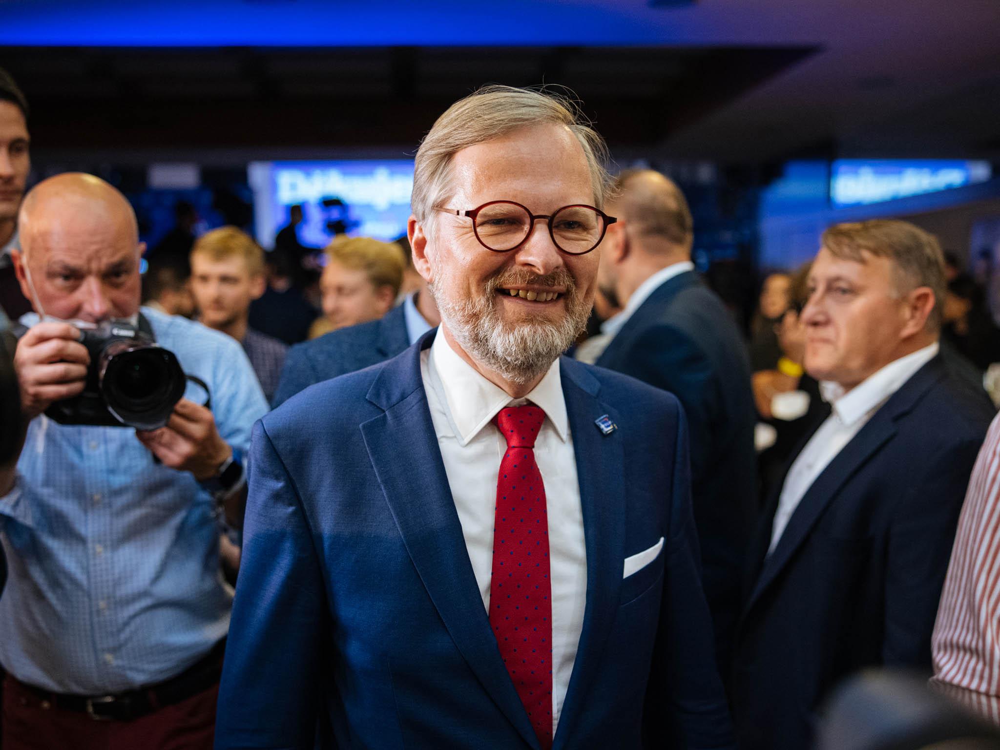 Vítězná česká opozice hledá nové ministry.