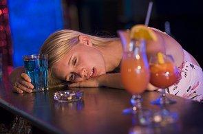 Modroocí lidé snášejí alkohol lépe než tmavoocí. Kvůli melaninu, tvrdí vědci