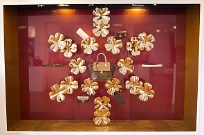 Přepychové pokoje s klenoty, čtyřlístky a panenky aneb Vánoční výlohy luxusních značek