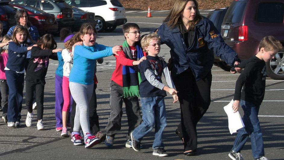 Děti v Newtonu jsou pod dozorem policistky.