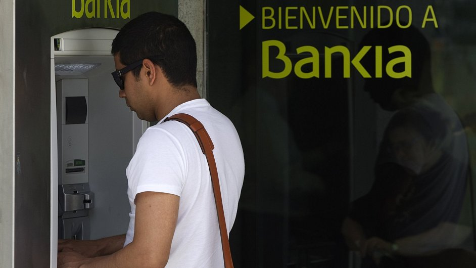 Klienti španělské Bankie v předchozích měsících z účtů vybírali miliardy