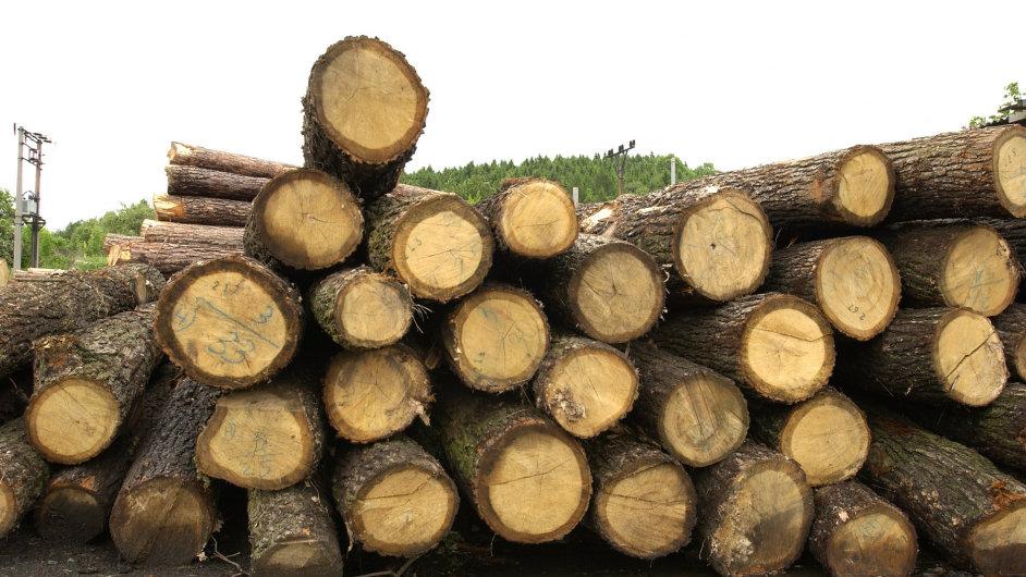 Dřevo na pile, ilustrační foto