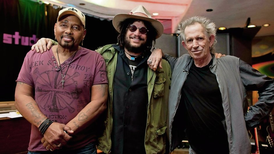 Zpěvák Aaron Neville (vlevo) s producentem Donem Wasem (uprostřed) a kytaristou Keithem Richardsem (vpravo).