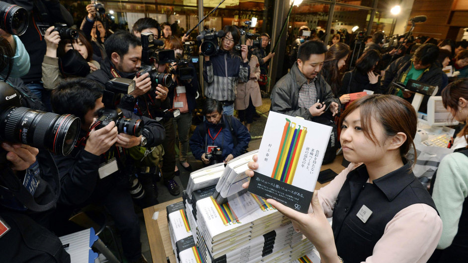 Japonci celý pátek stojí fronty na Murakamiho nový román.