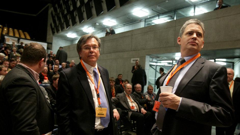 Libor Rouček s Jiřím Dienstbierem na sjezdu ČSSD v březnu 2013.
