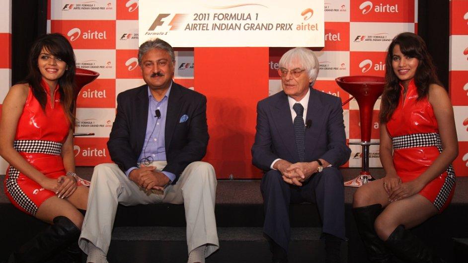 Bernie Ecclestone (druhý zprava) při odhalení loga GP Indie