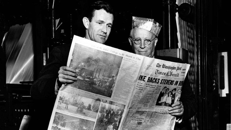 Philip L. Graham (vlevo) a Eugene Meyer s prvním vydáním listu The Washington Post Times Herald (18. března 1954)