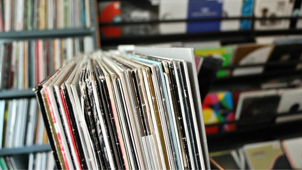 Interiér britského obchodu s hudebními CD a vinyly.