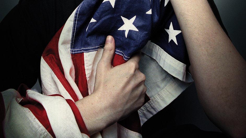 Titulní strana časopisu Wired, na které Edward Snowden objímá americkou vlajku.