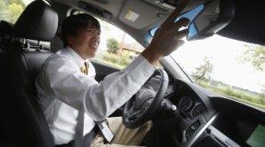 Kei Oshida z Hondy p�edstavuje novou technologii v sedanu Acura RLX.