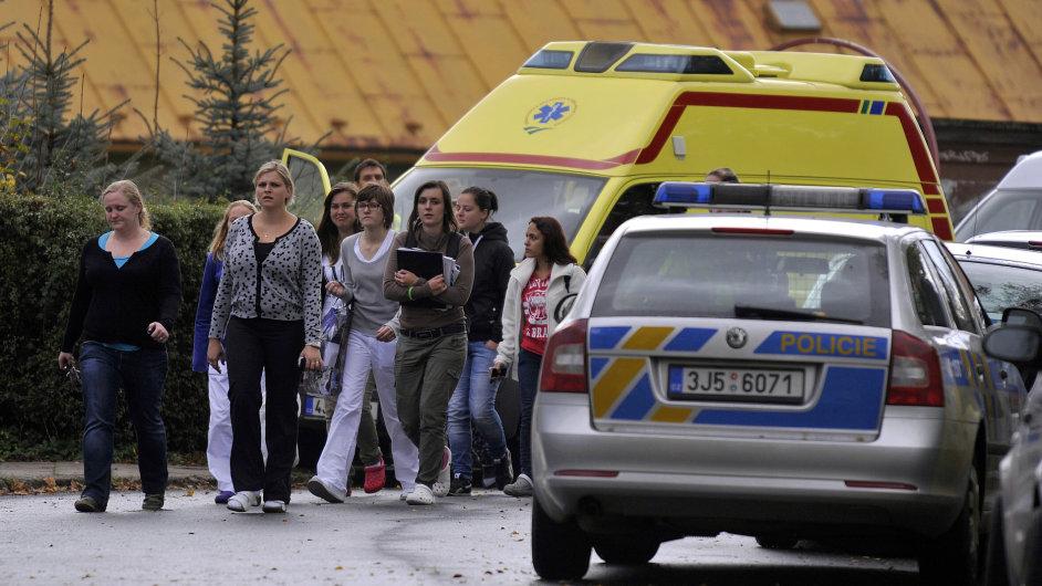 Všichni studenti odešli ze školy do jedenácté hodiny. Vyšetřovatelé budou na místě zřejmě do večera.