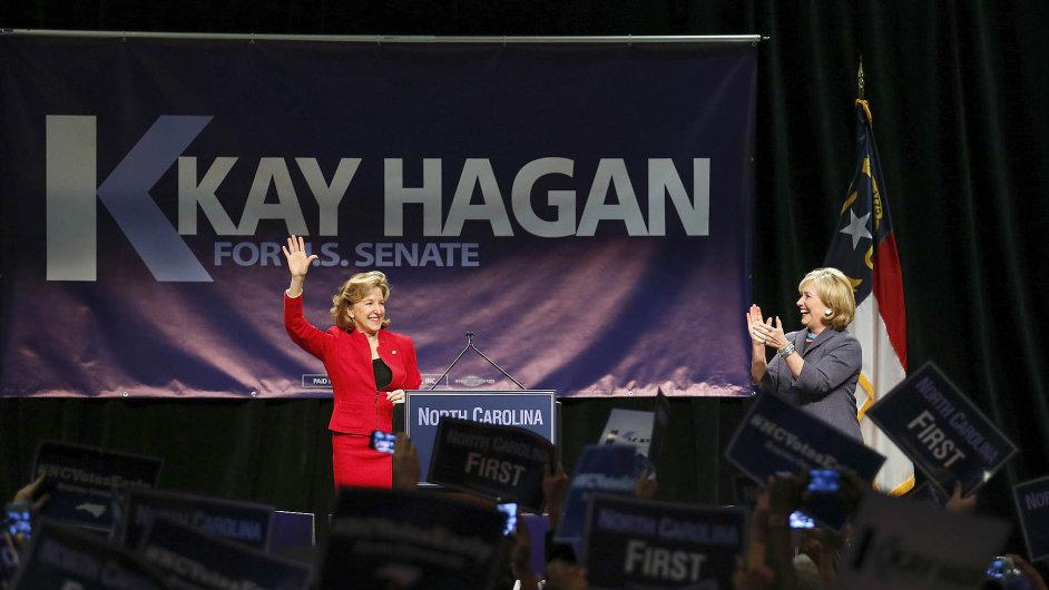 Kay Haganová (vlevo) na předvolebním mítinku s Hillary Clintonovou