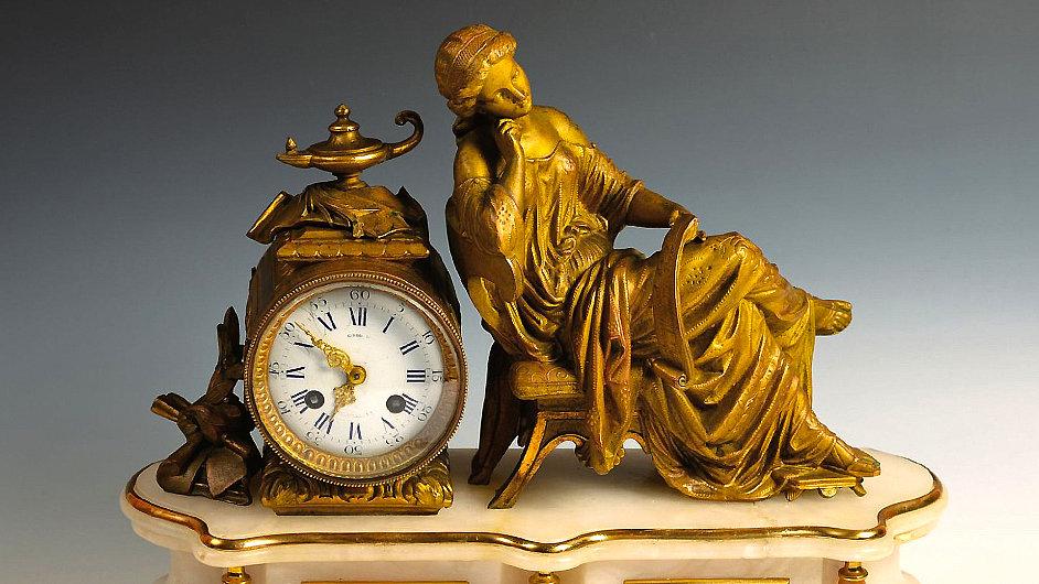 Krbové hodiny se sedící dámou, Francie, datováno 1855