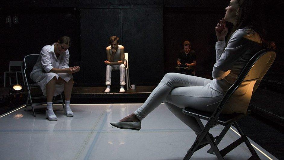 Nejnovější inscenací Divadla Komedie je hra Zločiny.ženy.doc režiséra Ondřeje Mataje.