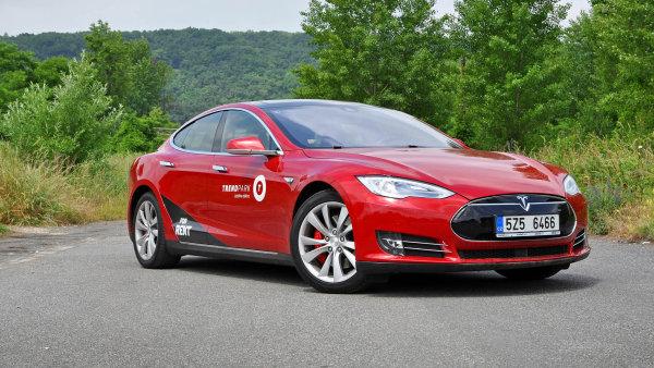 Elektrick� Tesla model S ukazuje ostatn�m cestu do budoucnosti