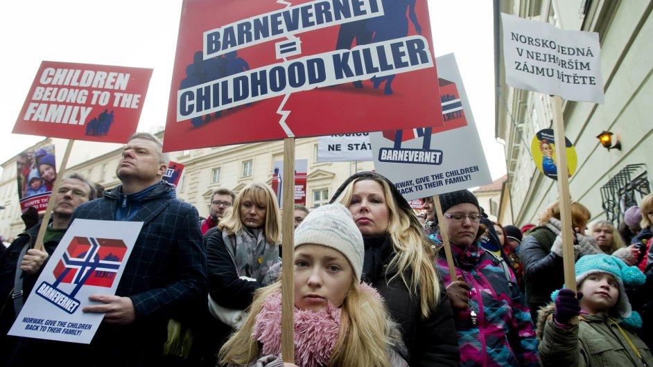 Před velvyslanectvím Norského království v Praze probíhá demonstrace proti norskému úřadu Barneverne.