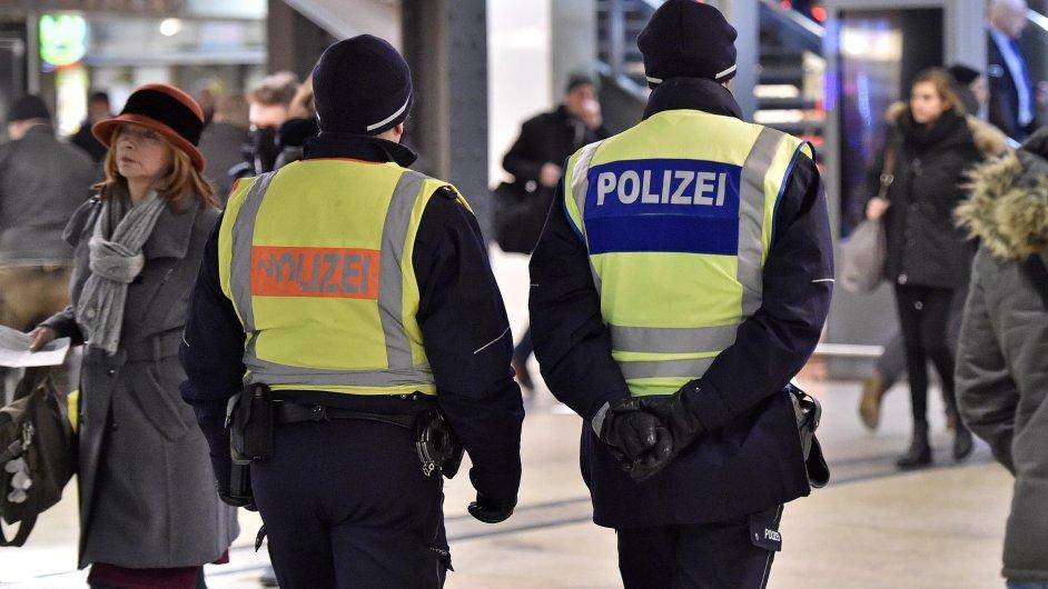 Německá policie zadržela při razii v Kolíně nad Rýnem celkem 12 osob