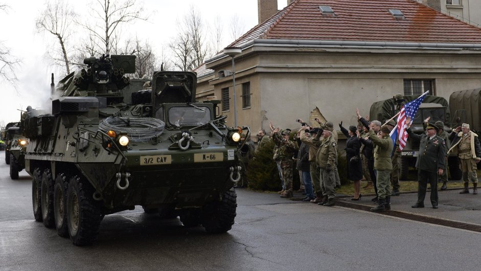 Americký konvoj dorazil do kasáren v pražské Ruzyni.