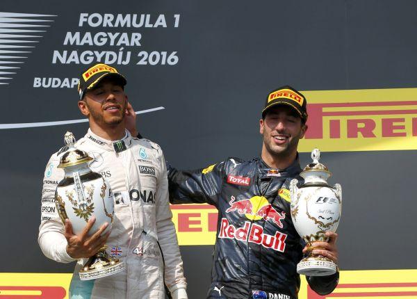 Britský pilot Lewis Hamilton z Mercedesu si p�ipsal rekordní páté vít�zství ve Velké cen� Ma�arska formule 1.
