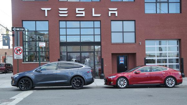 Tesla Model X (vlevo) a Tesla Model S