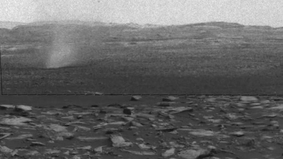 Vozítko Curiosity zachytilo prašné víry letící nad povrchem Marsu.
