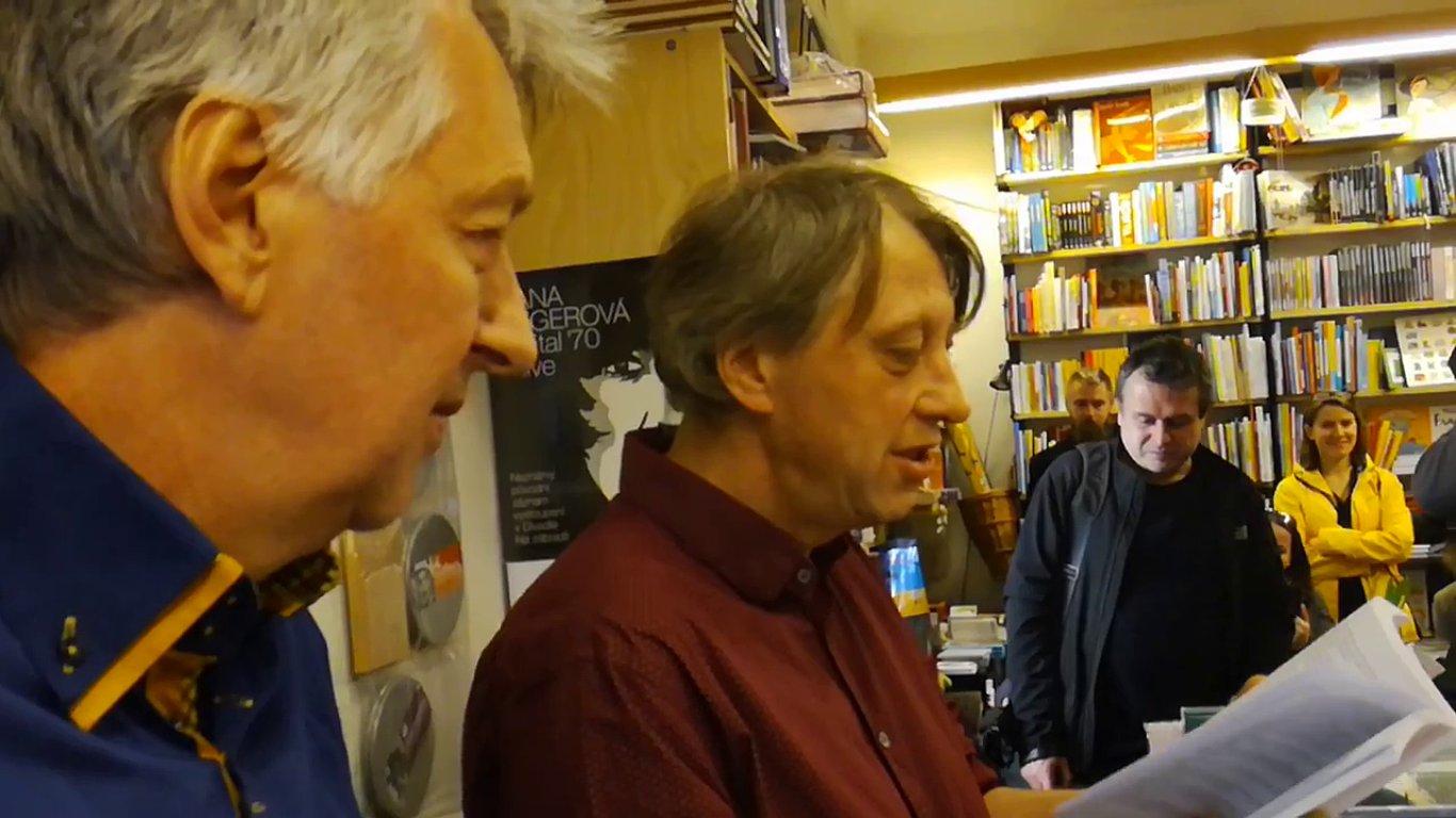 Edgar de Bruin (vlevo) v pražském nakladatelství Ostrov nedávno pokřtil novou knihu Jáchyma Topola (uprostřed).