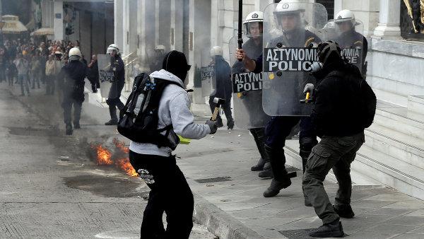 Při střetech demonstrantů a řecké policie byl použit slzný plyn.