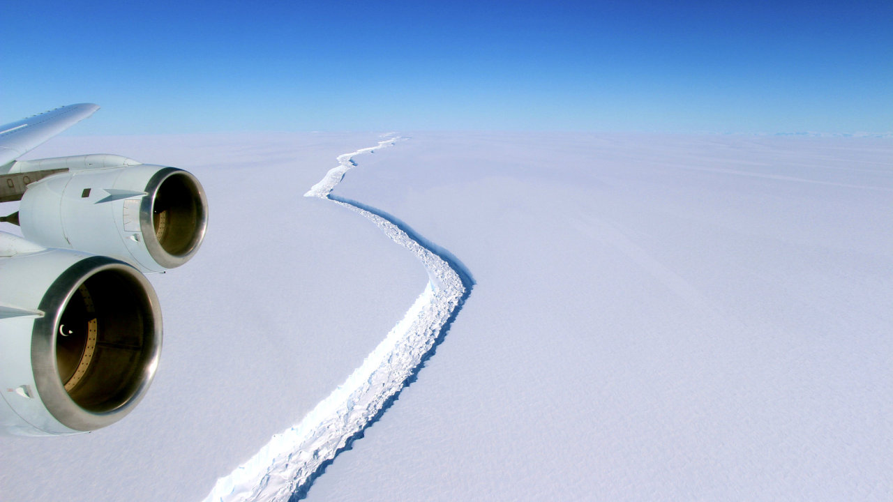 Trhlina v ledovém šelfu dosahovala délky několika desítek kilometrů.