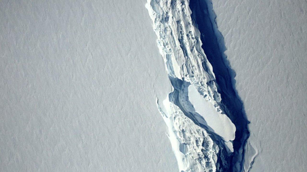 Od Antarktidy se odtrhla bilion tun vážící kra