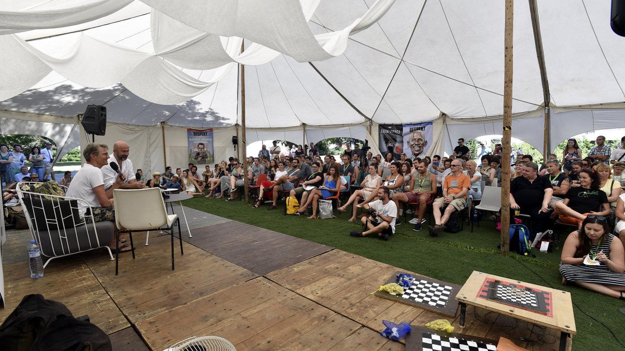 Na snímku z letošní Letní filmové školy návštěvníci poslouchají režiséra Jana Svěráka ve stanu Respekt.