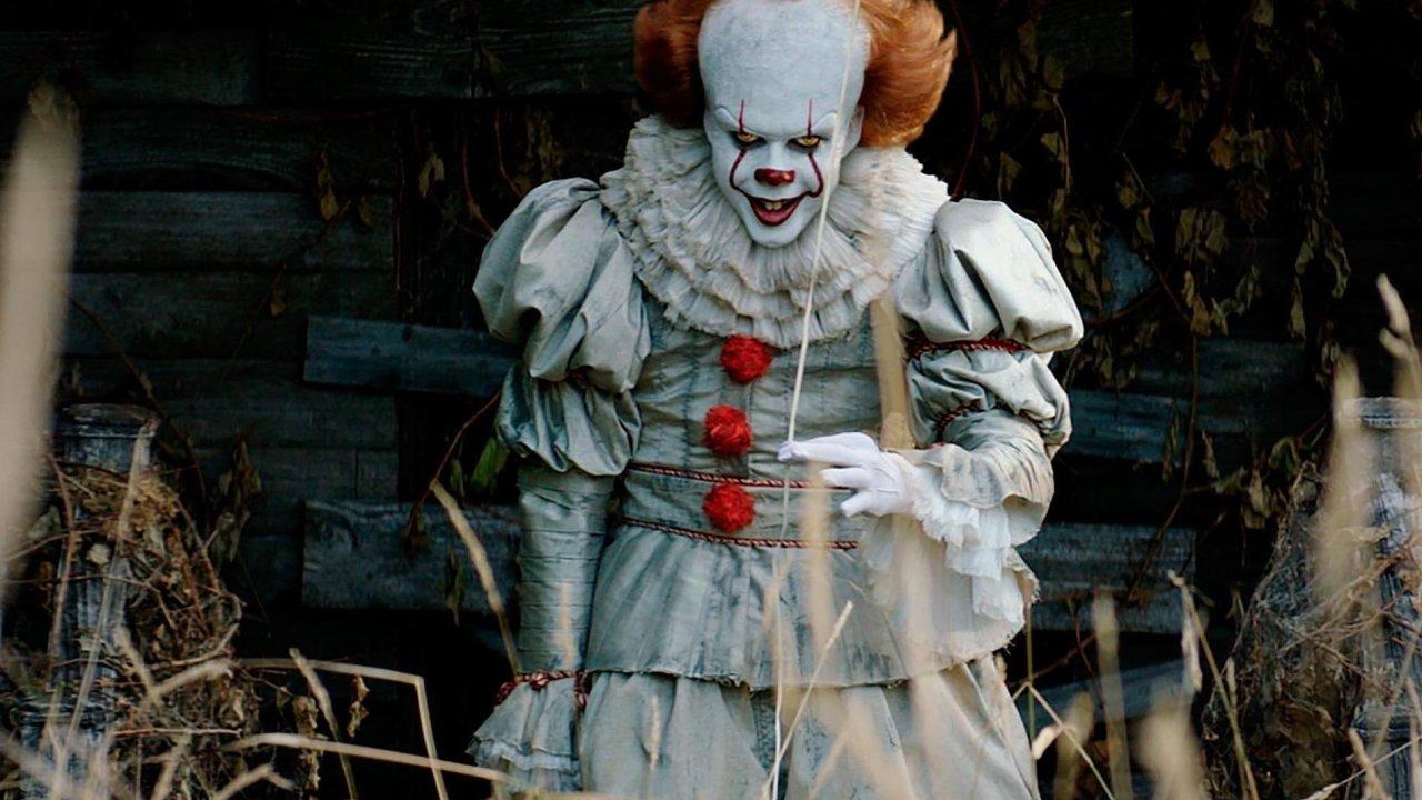 Démonický klaun Pennywise (Bill Skarsgard) je ztělesněním nejtemnějších nočních můr anejhlouběji zasutých obav, které pronásledují dětské protagonisty filmu.