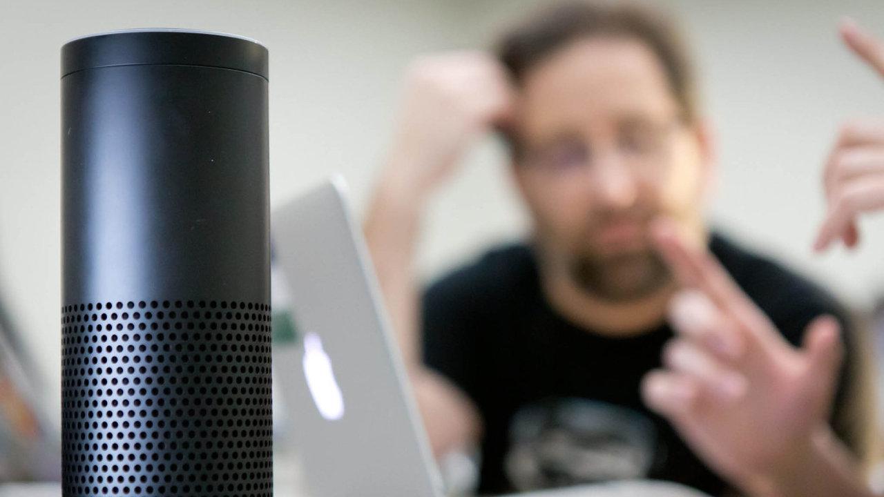 Digitální asistentku Alexu americký internetový gigant Amazon prodává od roku 2015 a od té doby si ji pořídilo přes deset milionů domácností.