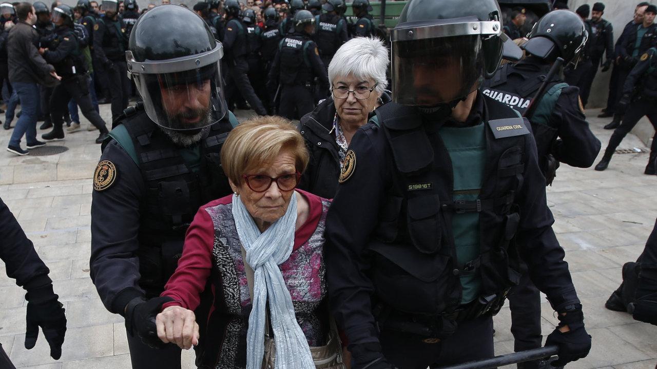 Policie ani přes užití síly nedokázala referendum zastavit.