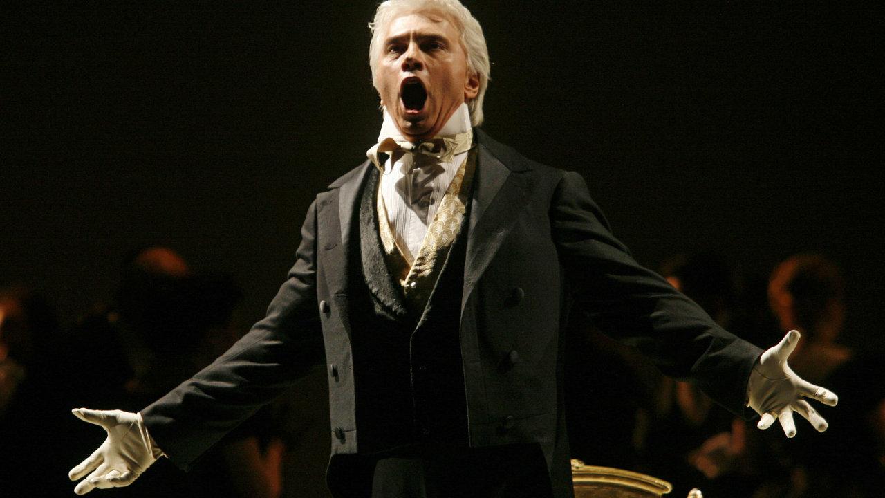 K Chvorostovského nejslavnějším rolím patřil Evžen Oněgin. Na snímku z roku 2007 je při kostýmní zkoušce právě této inscenace.