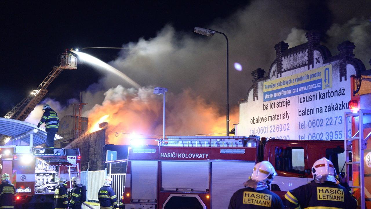 Škoda po požáru hal ve Vinoři se odhaduje na 50 milionů korun.