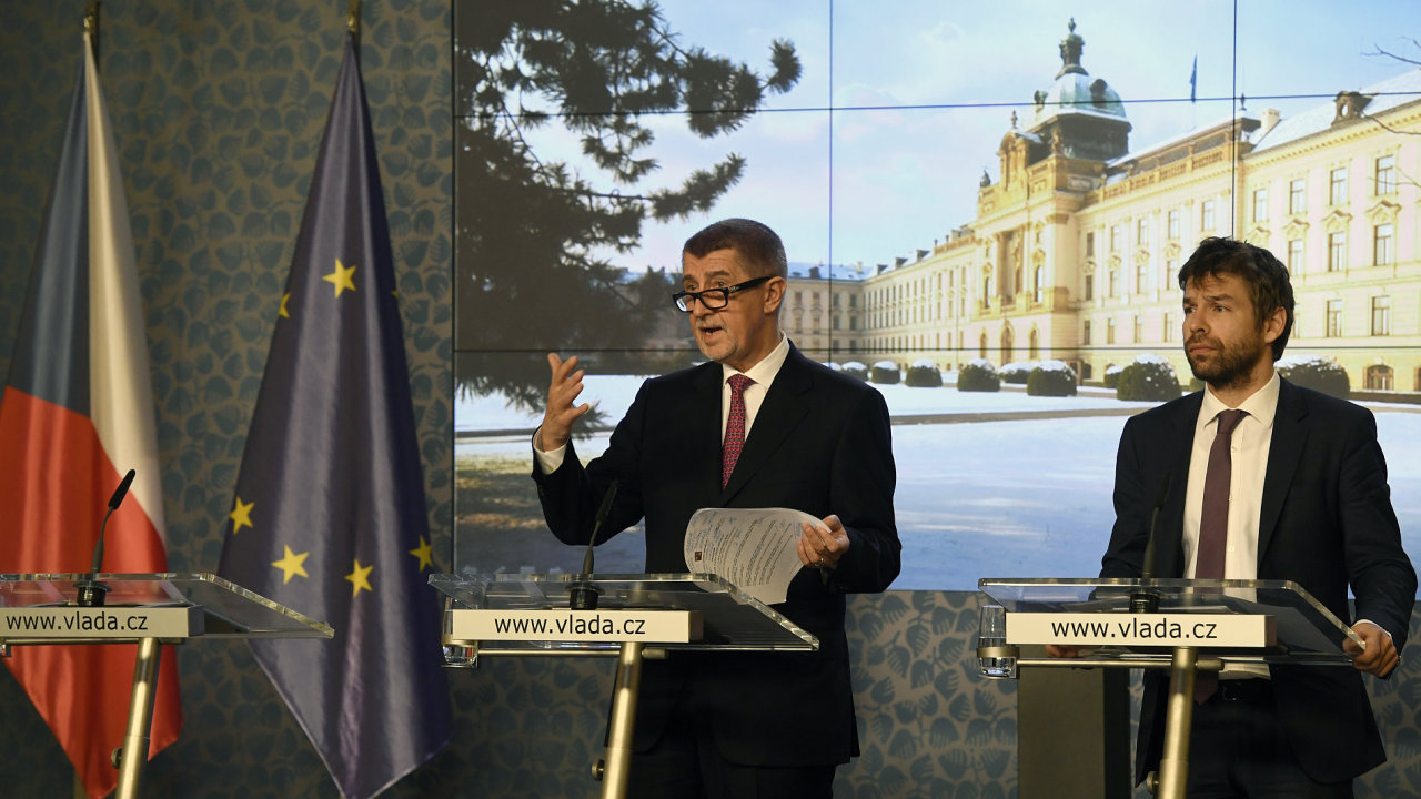 Premiér Andrej Babiš (vlevo) a ministr spravedlnosti Robert Pelikán vystoupili na tiskové konferenci po schůzi vlády 10. ledna v Praze.