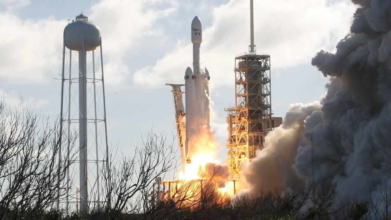Rakety Falcon Heavy díky úspěchu míří ke komerčním letům.