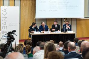 Na finančním a investičním fóru VŠFS debatovali (zleva): hlavní ekonom ING Bank Jakub Seidler, prorektor VŠFS Petr Budinský, spolumajitel fondu Quant Aleš Michl a hlavní ekonom J&T Banky Petr Sklenář.