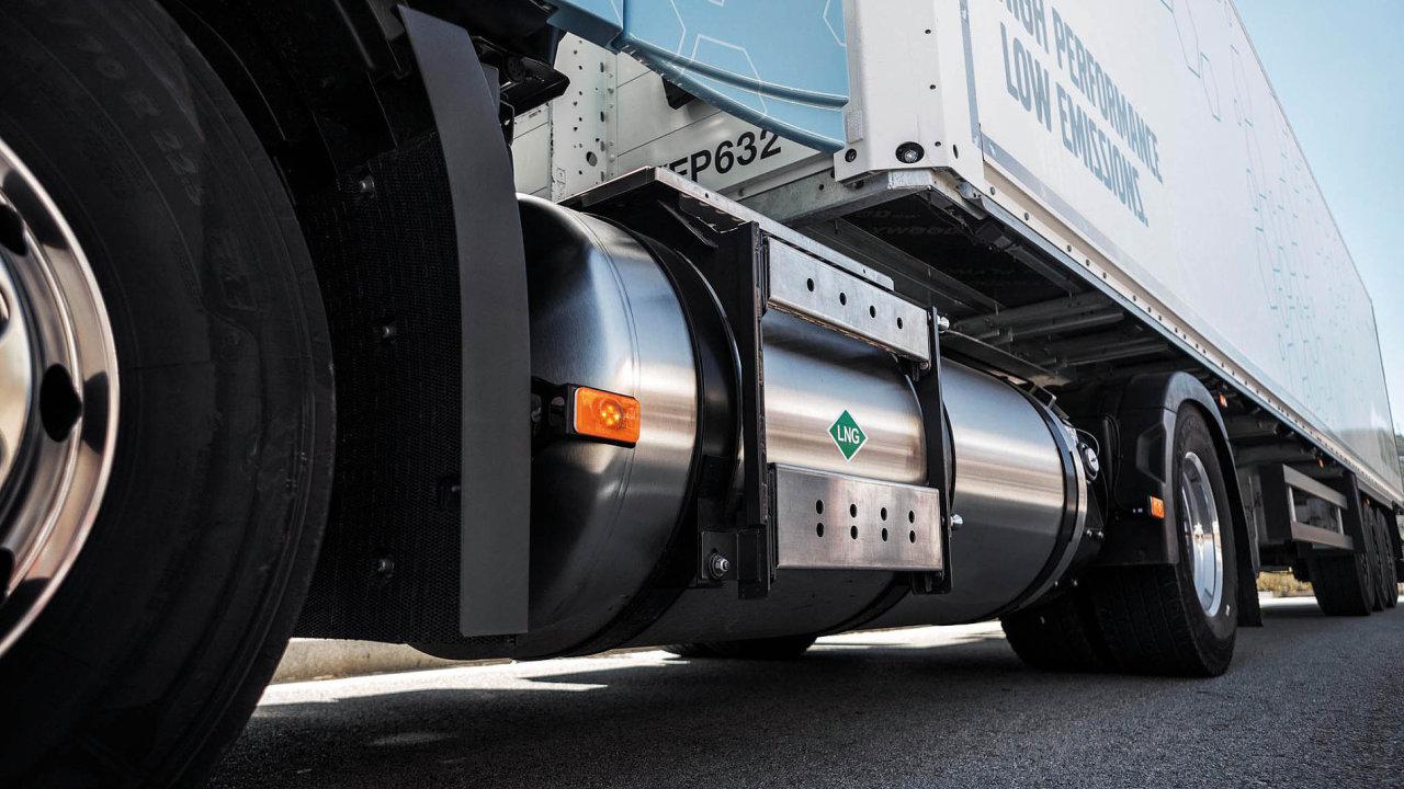 22 VolvoFH LNG tank closeup
