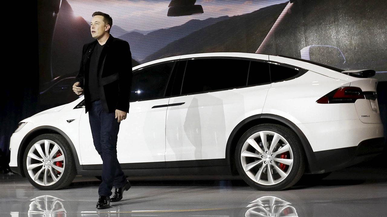 Podnikatel Elon Musk se svou automobilkou Tesla.