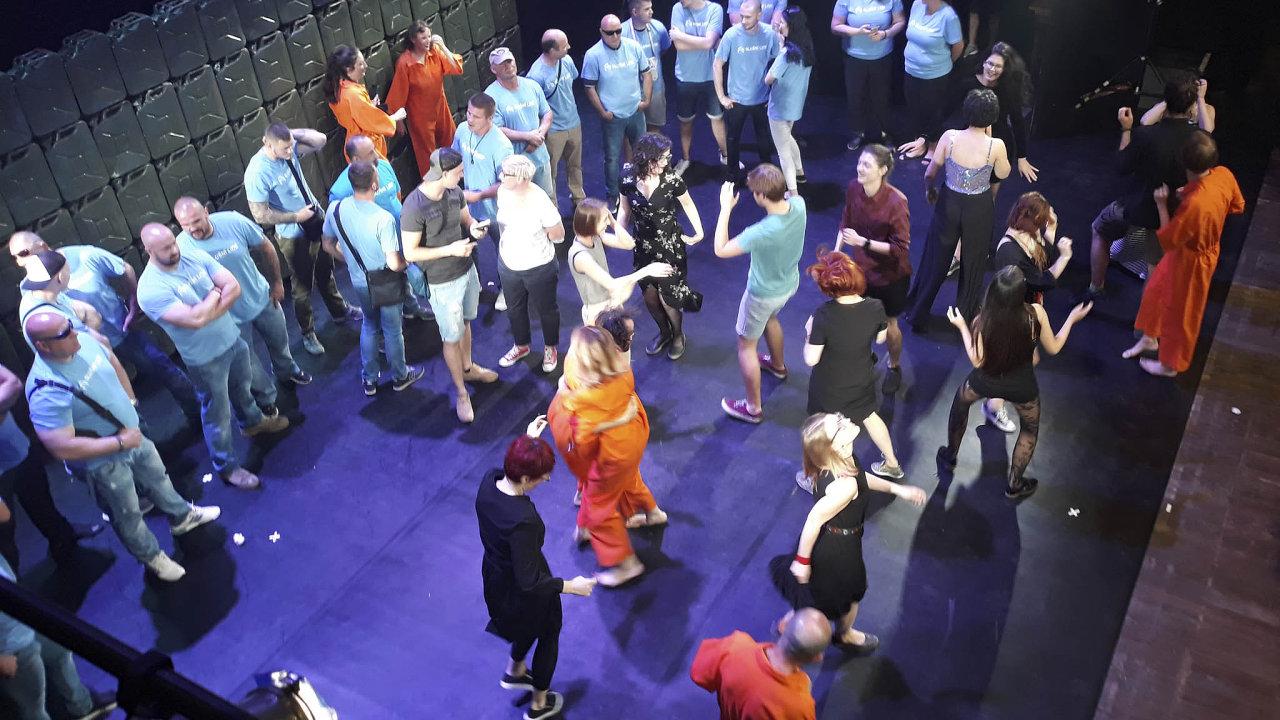 Radikálové z hnutí Slušní lidé se vsobotu večer pokusili zastavit představení Naše násilí avaše násilí nafestivalu Divadelní svět Brno. Případ řeší přestupková komise.