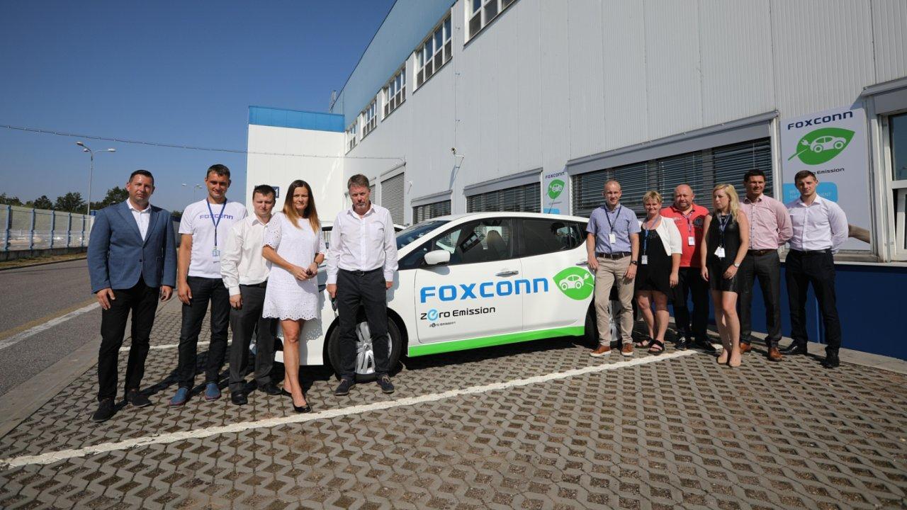 Foxconn zahájil elektrifikaci svého vozového parku. Převzal první Nissany