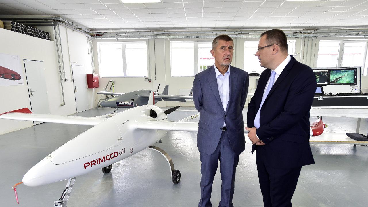 Premiér Andrej Babiš (vlevo) navštívil 14. srpna 2018 v pražském Radotíně firmu Primoco, která vyvíjí bezpilotní letouny. Na snímku vpravo je generální ředitel Primoco Ladislav Semetkovský.