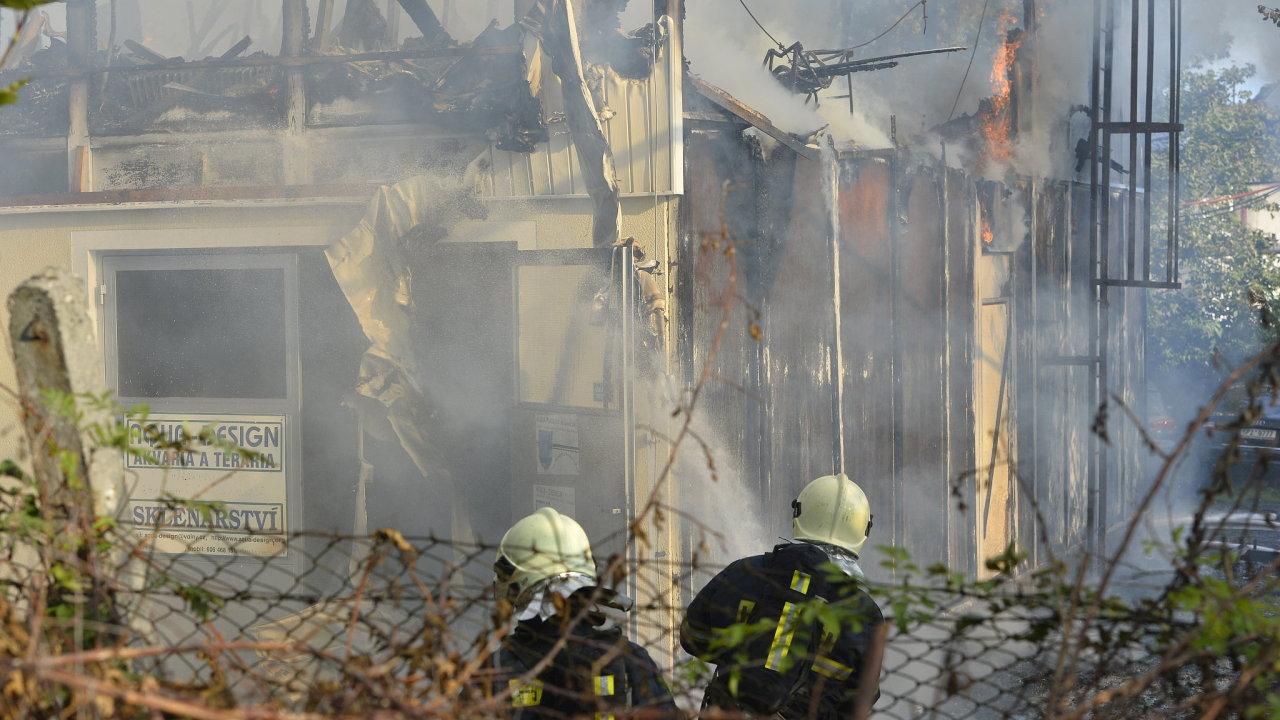 Celé horní patro ubytovny už lehlo popelem.