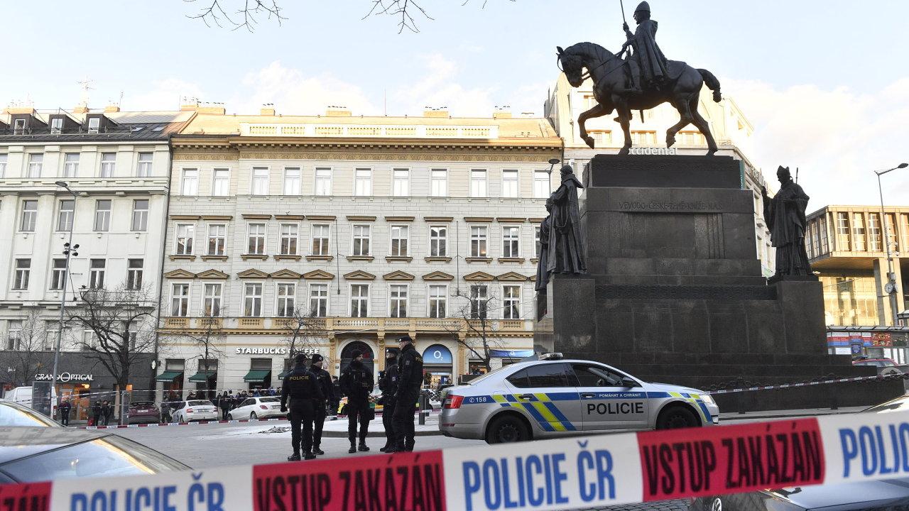 V Praze na Václavském náměstí u sochy svatého Václava se dnes kolem 15:00 polil hořlavinou a zapálil čtyřiapadesátiletý muž.