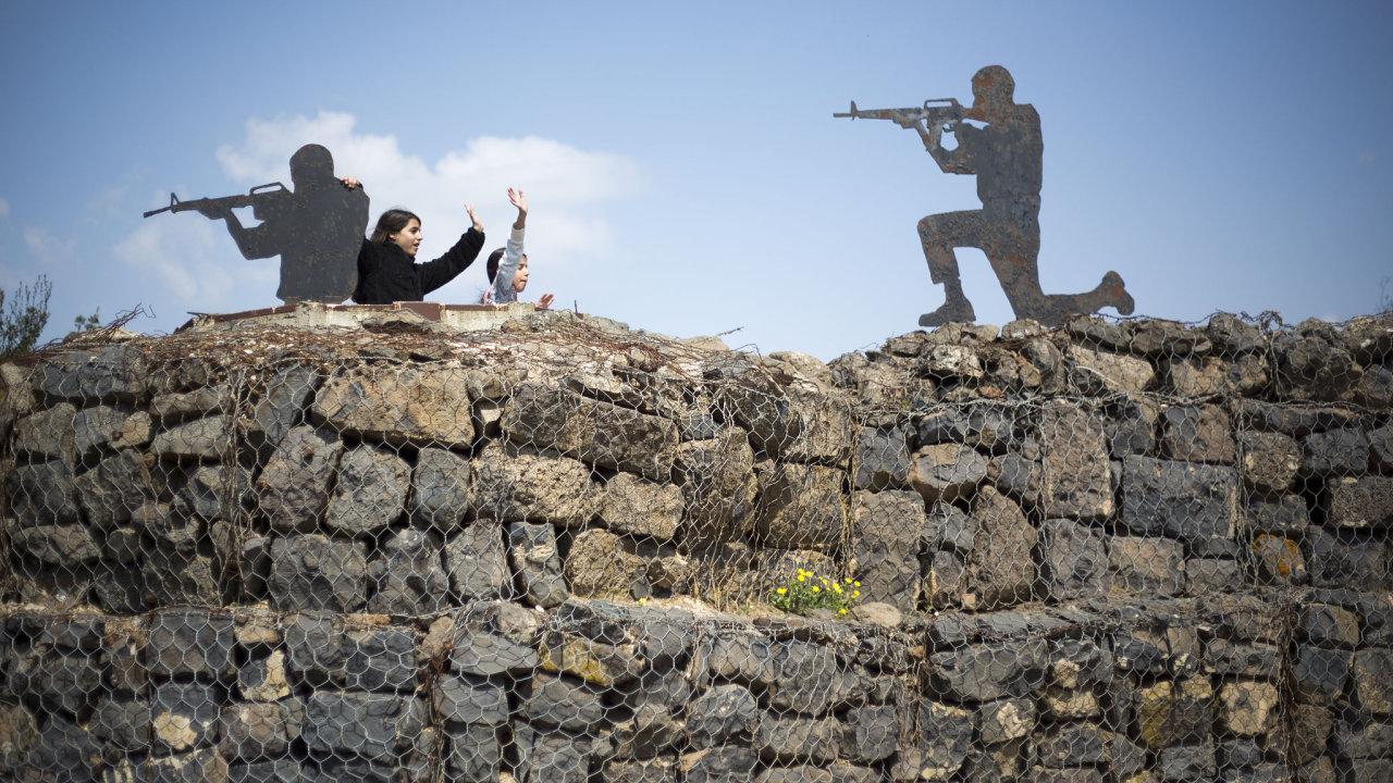 Turisté pózují u staré vojenské základny na Golanských výšinách.