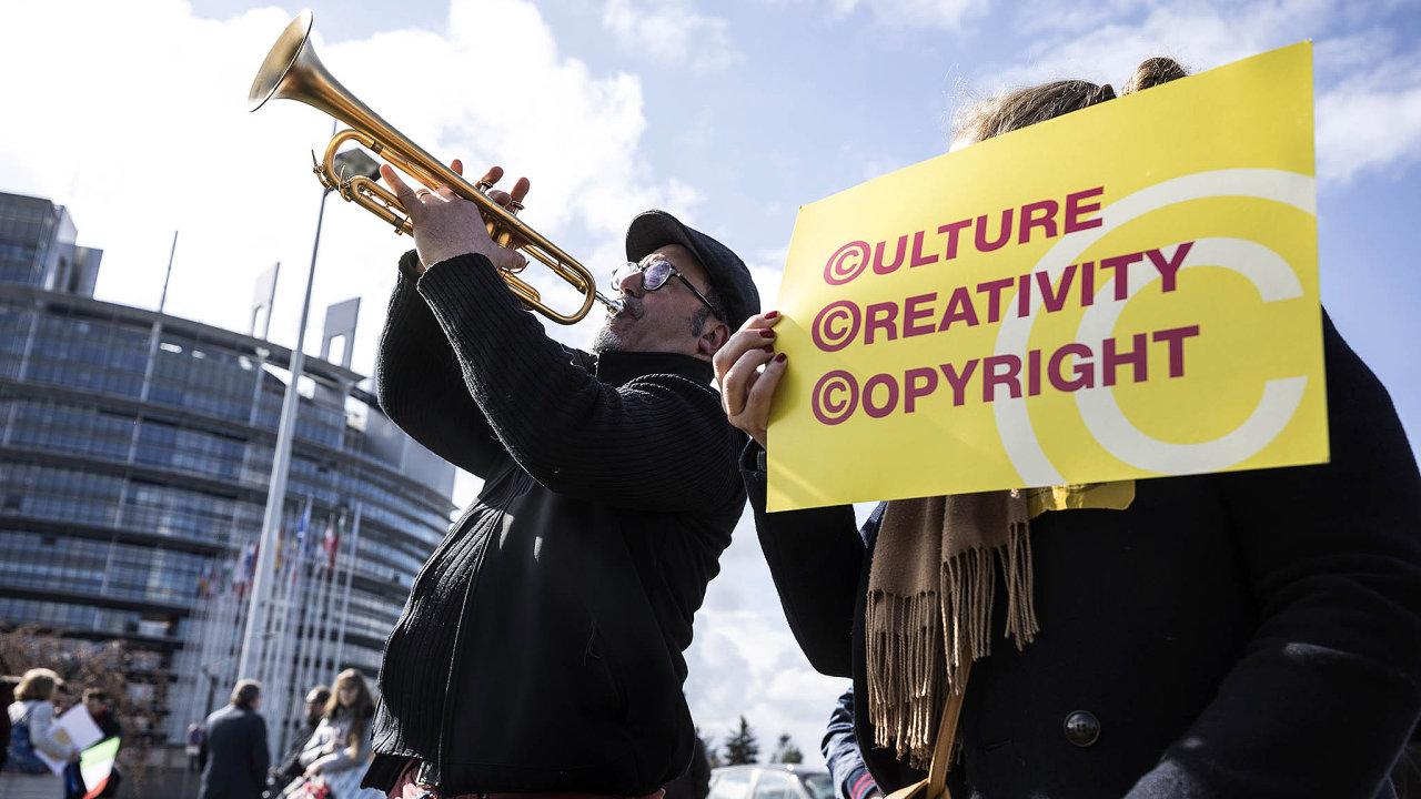 Příznivci směrnice o autorských právech na internetu v úterý, v den hlasování, uspořádali happening před sídlem Evropského parlamentu ve Štrasburku.