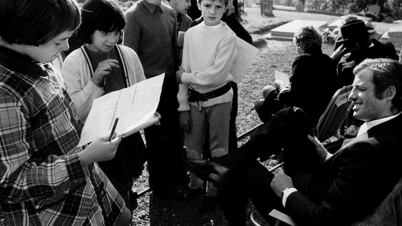Jean-Paul Belmondo v roce 1973 mezi svými nejmladšími obdivovateli