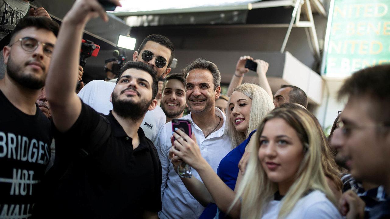 Budoucí premiér? Lídr favorita řeckých parlamentních voleb Kyriakos Mitsotakis mezi svými fanoušky.
